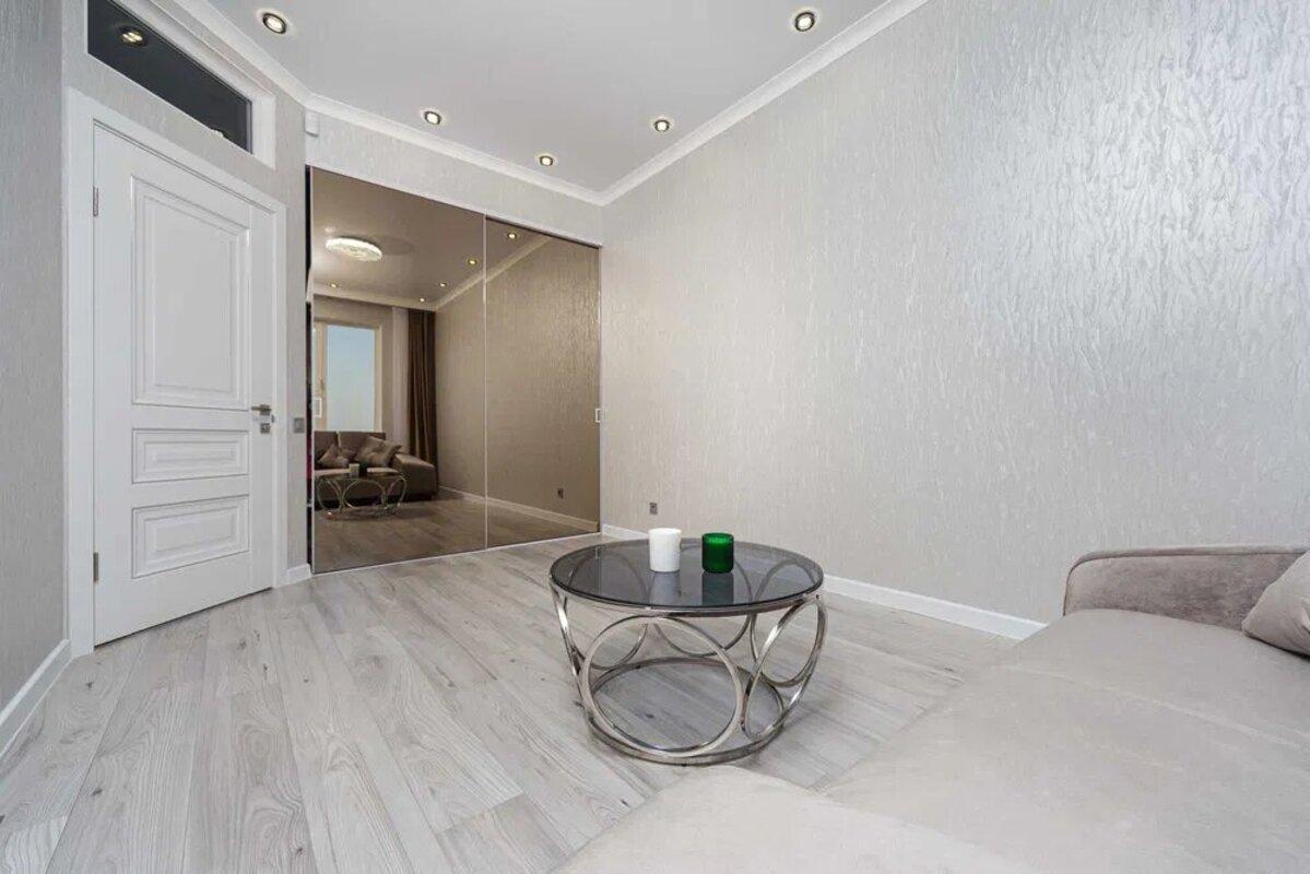 4-комнатная квартира с ремонтом в ЖК Лимнос
