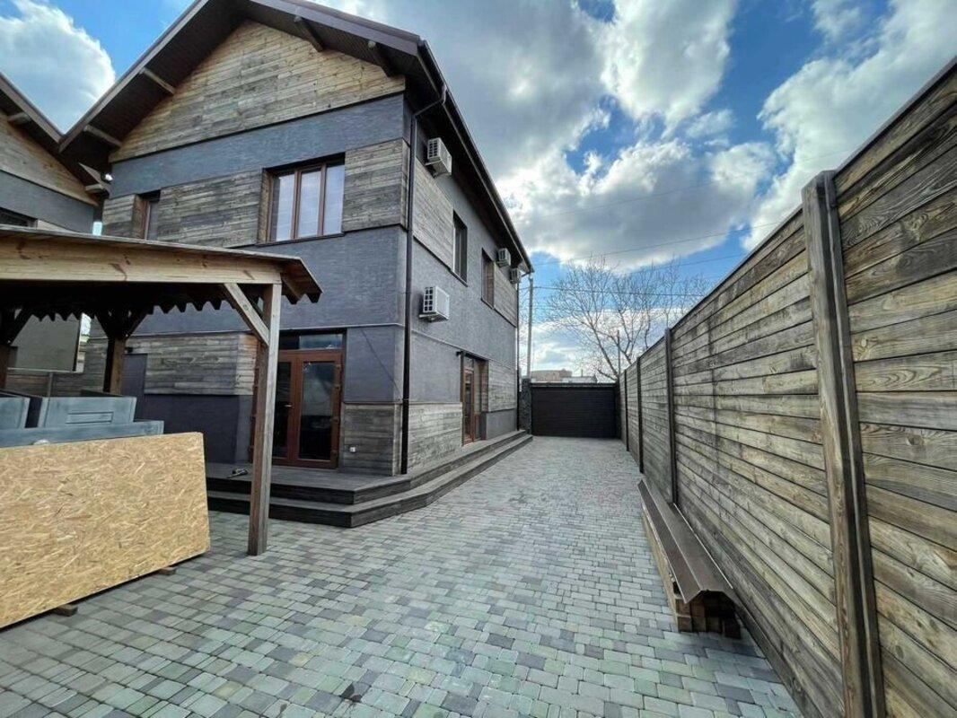 Двухэтажный дом на улице Куприна