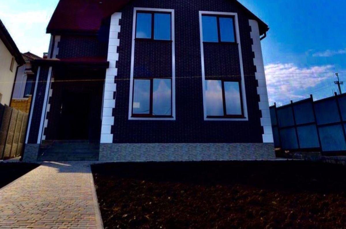 Дом в Червонок Хуторе из красного кирпича.