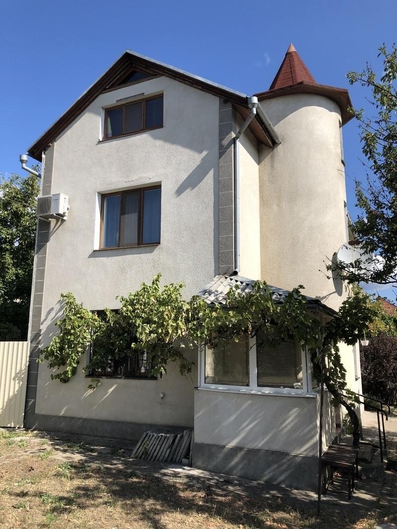 Трехэтажный дом в районе Золотая горка