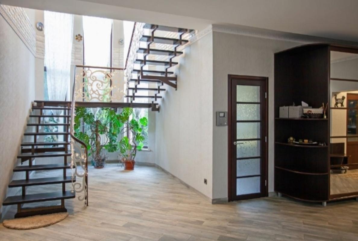 Двухэтажный дом в Совиньоне на участке 10 соток