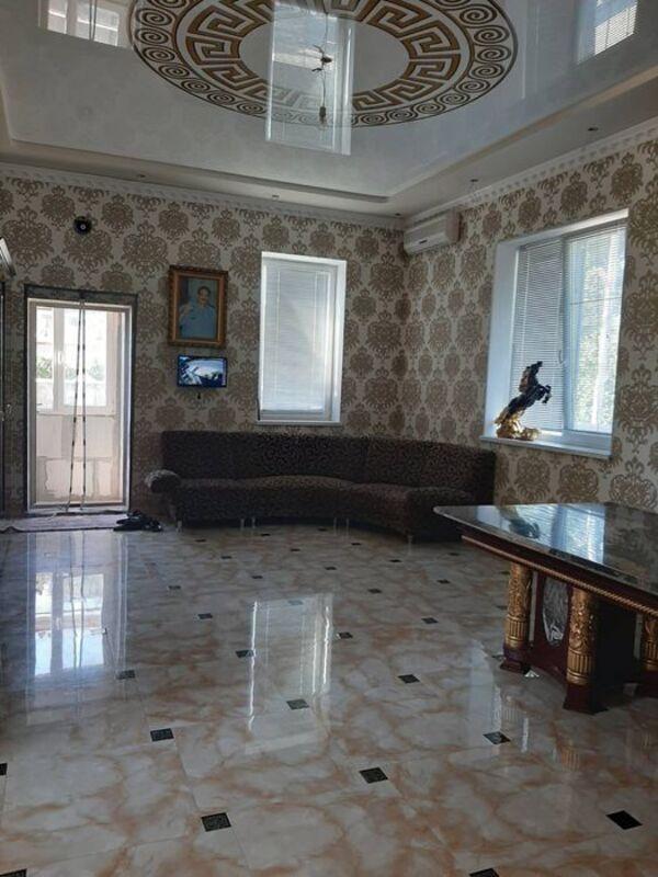Двух этажный дом с подвальным помещением на двух сотках земли